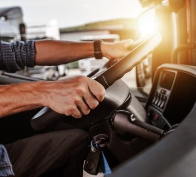 Motorista de caminhão segurando o volante