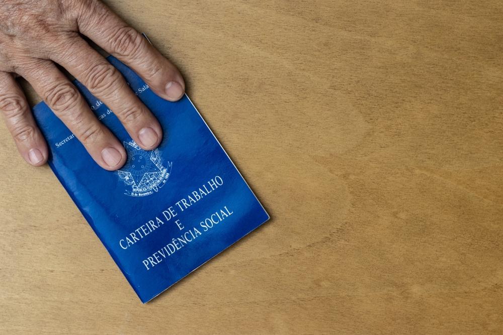 Governo tira Covid-19 de lista de doenças ocupacionais